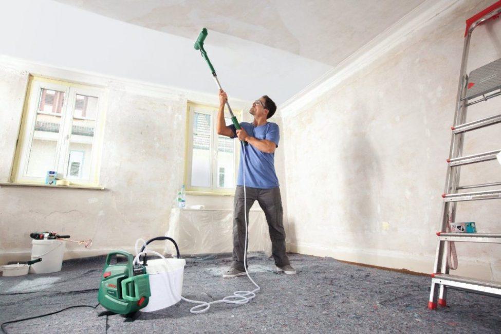 Покраска потолочных перекрытий не требует специальных навыков и выполняется быстро