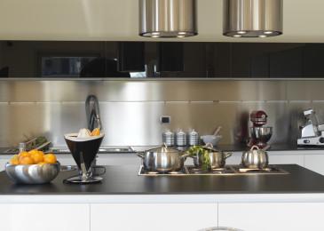 Металлический фартук – добавьте блеск вашей кухне