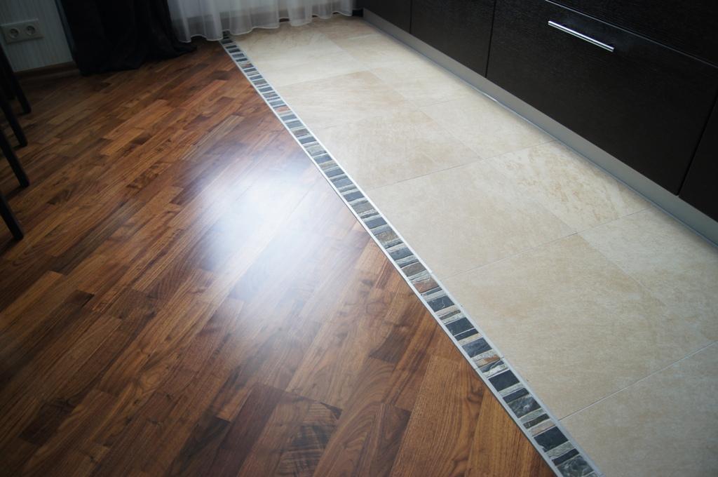 Дизайн плитки и ламината на пол на кухне