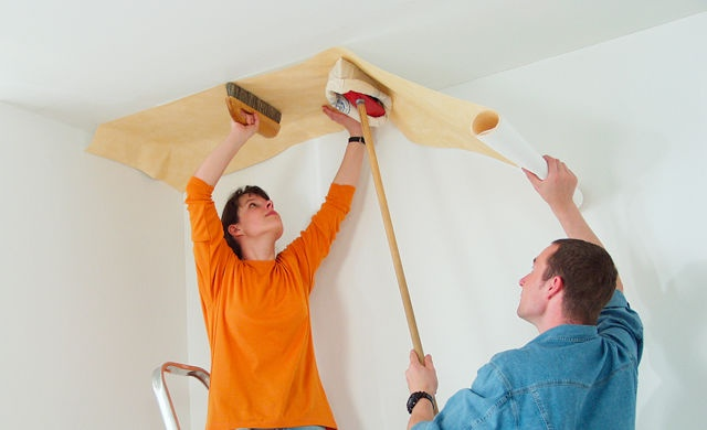 Как правильно поклеить обои своими руками на потолке 56